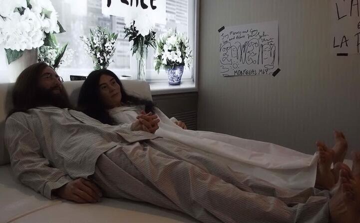 statue di cera raffiguranti john lennon e yoko ono a letto durante il bed in di montreal del 1969 (foto da wikipedia)
