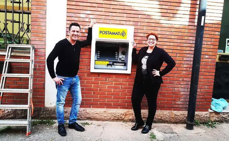 il sindaco porr e il suo vice mameli davanti al nuovo postamat (l unione sarda farris)