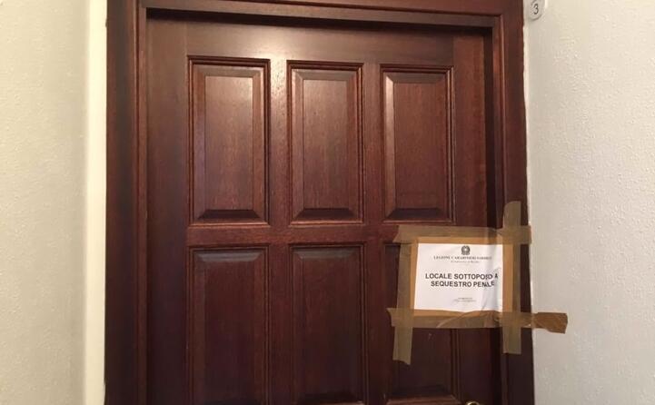 la porta dell abitazione in cui avvenuto l omicidio (foto l unione sarda deidda)