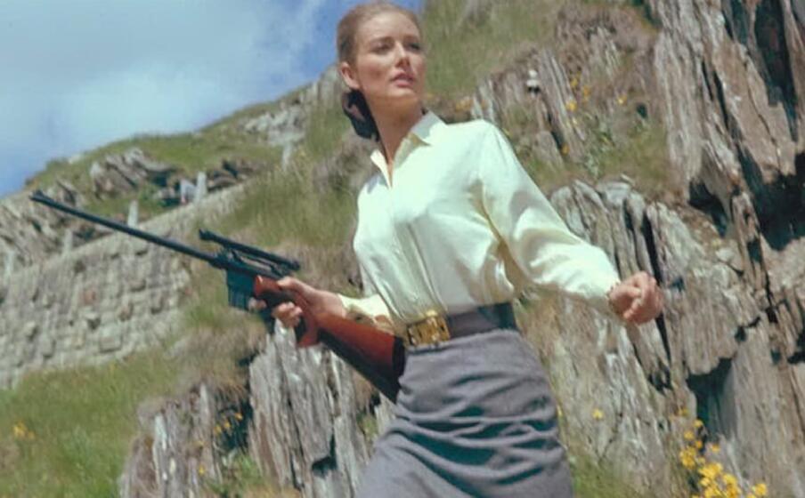tania mallet nei panni dela celebre bond girl (foto da account twitter 007)