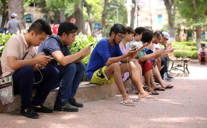 dopo quasi mezzo secolo il telefono portatile non pi solo un telefono (le foto sono dell ansa)