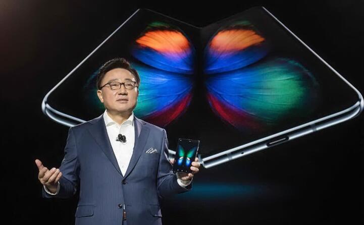 e con la coreana samsung che ha di recente lanciato lo smartphone pieghevole