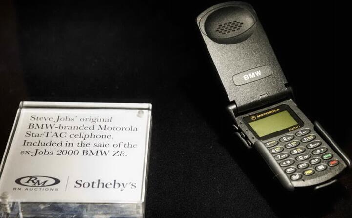 negli anni novanta la vera rivoluzione con i telefonini che diventano oggetto imprescindibile tra i modelli pi noti il motorola startac che conquist anche il fondatore di apple steve jobs