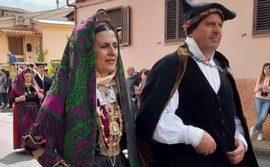 una coppia in costume tipico