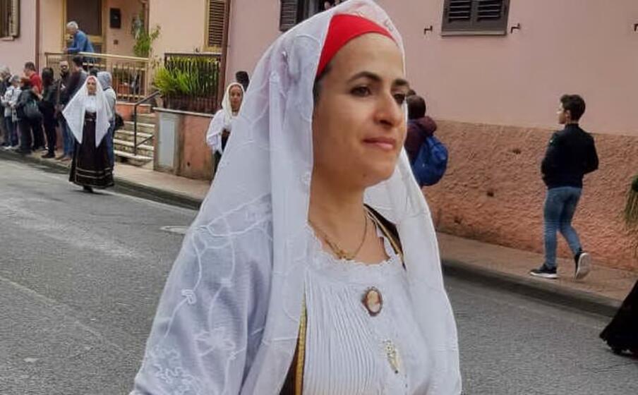 una giovane in abito tradizionale