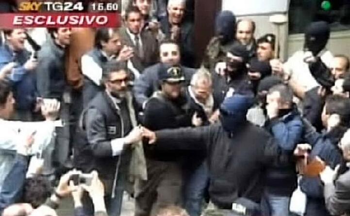 folla dopo l arresto