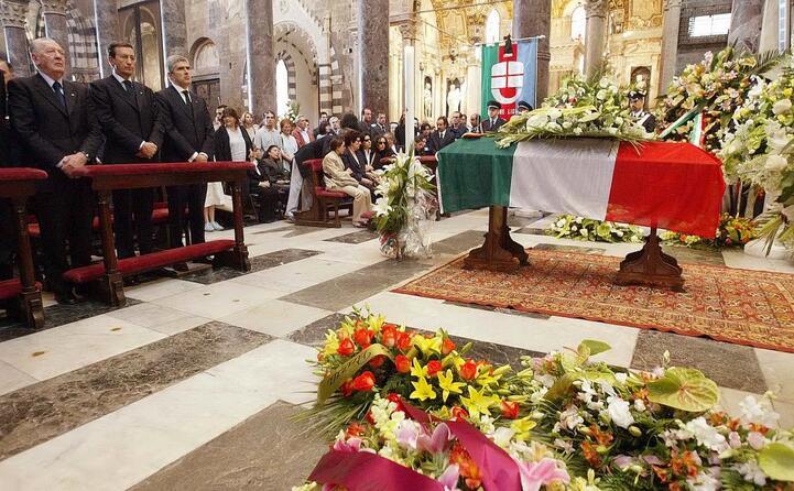 la bara avvolta dal tricolore e le istituzioni al funerale