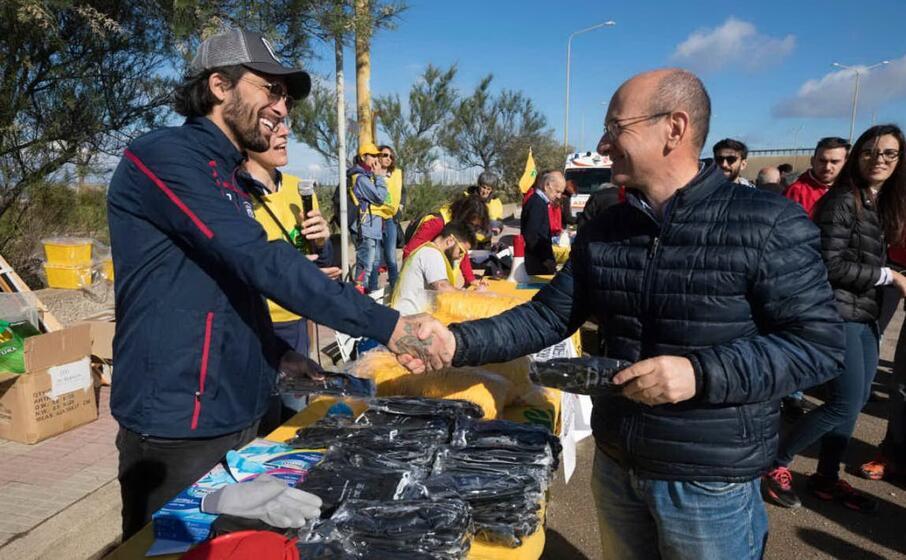 lucas castro partecipa all iniziativa per la raccolta dei rifiuti sul lungomare di sant elia