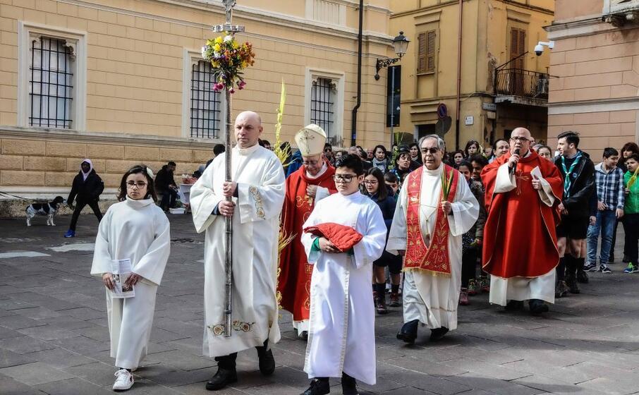 il corteo verso la cattedrale di santa chiara