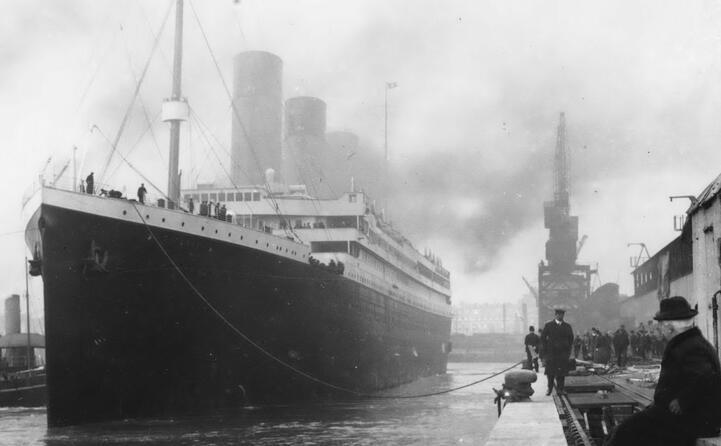 l imponente nave attraccata al molo di southampton