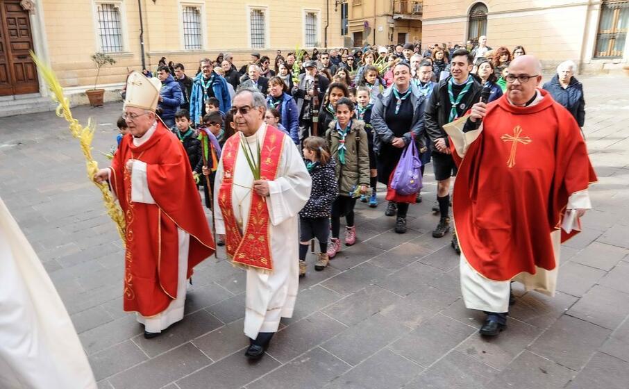 monsignor zedda stato accolto da centinaia di persone