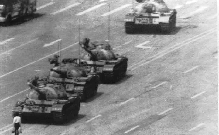 l immagine simbolo il rivoltoso sconosciuto lo studente che ferma una colonna di carri armati