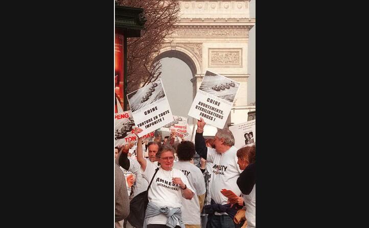 manifestazioni anche a parigi contro la repressione di pechino