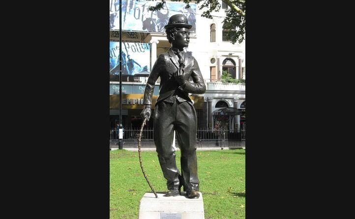 dopo la morte londra citt natale del regista e attore gli dedica una statua (foto da wikipedia)