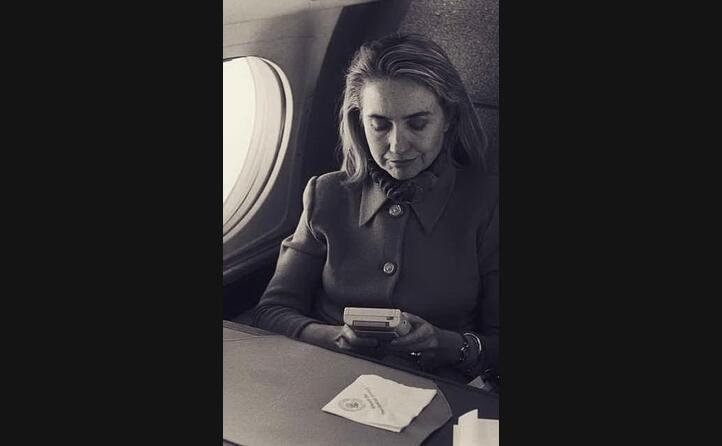 la first lady americana hillary clinton gioca con il game boy sull aereo (foto wikipedia)