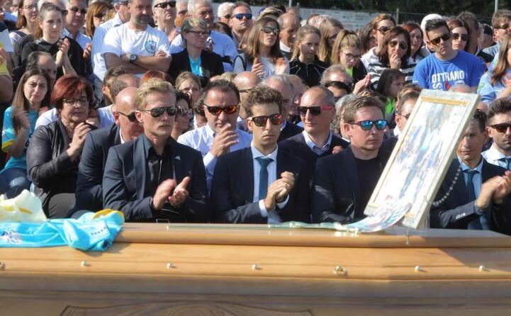 fabio aru al funerale dell aquila di filottrano (ansa)
