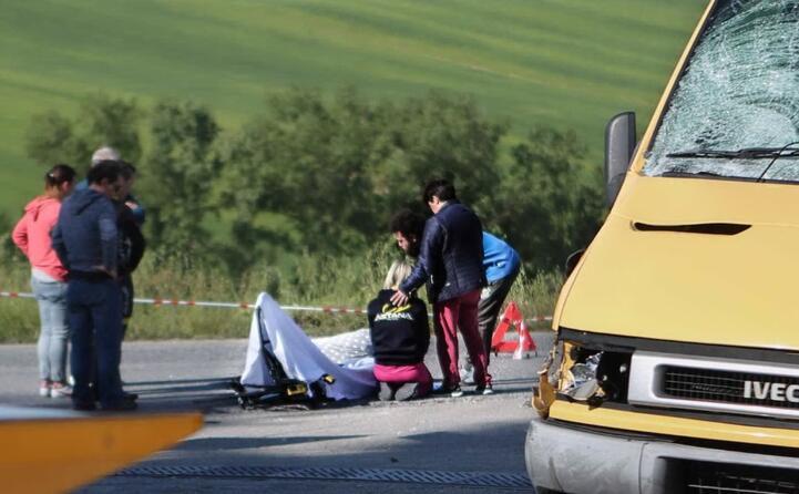 il ciclista viene travolto da un furgone durante un allenamento (ansa)
