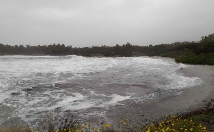 il mare in burrasca a muravera (foto l unione sarda)
