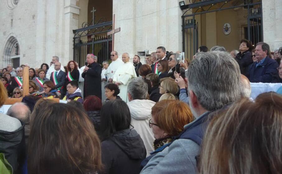 ad accogliere i fedeli tra i tanti sindaci anche l arcivescovo di cagliari monsignor arrigo miglio