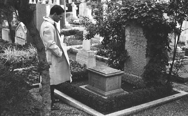 pierpaolo pasolini altro intellettuale simbolo della sinistra italiana davanti alla tomba di gramsci al cimitero degli inglesi di roma