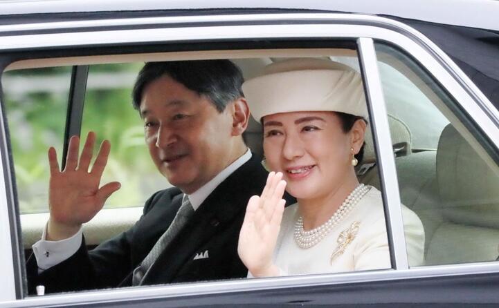 con la moglie masako