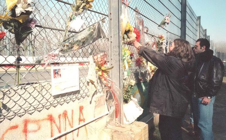 fiori e biglietti sul muretto dell incidente