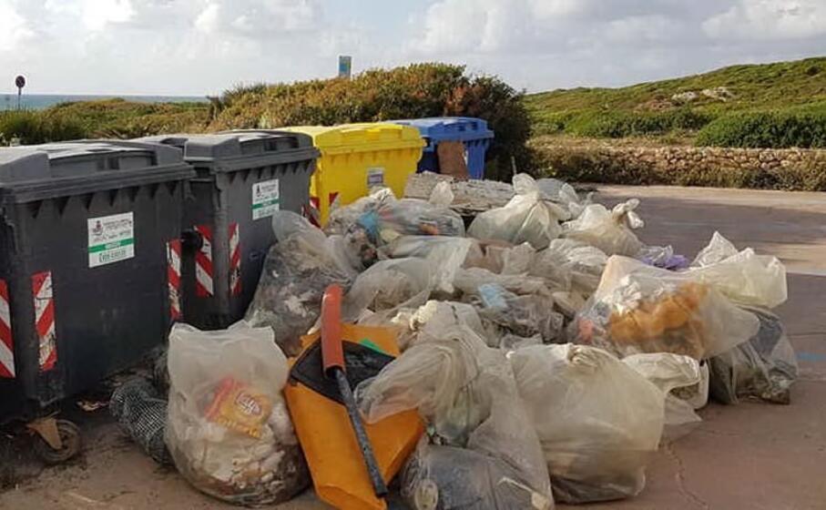 una parte dei rifiuti raccolti dalla spiaggia (foto l unione sarda pinna)