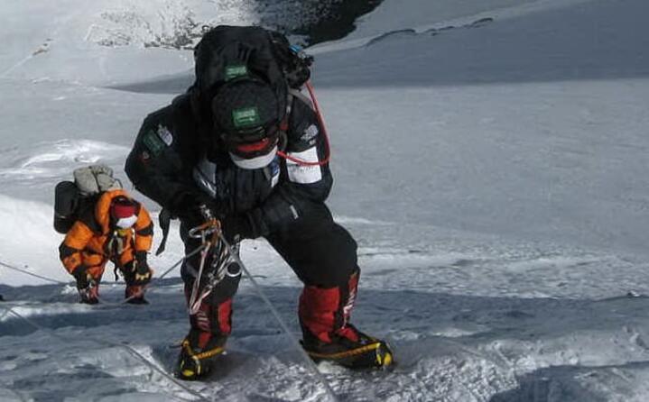 gli alpinisti durante la salita del colle sud