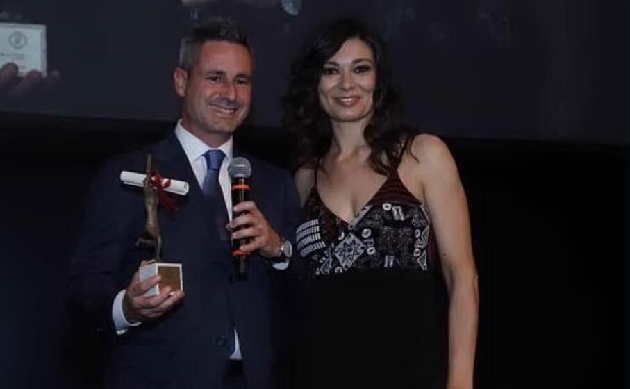 il dg lorenzo giannuzzi ritira il premio da roberta lanfranchi (foto concessa)