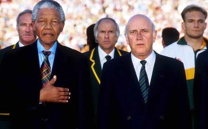 nelson mandela nel 1995 durante una partita della nazionale di rugby