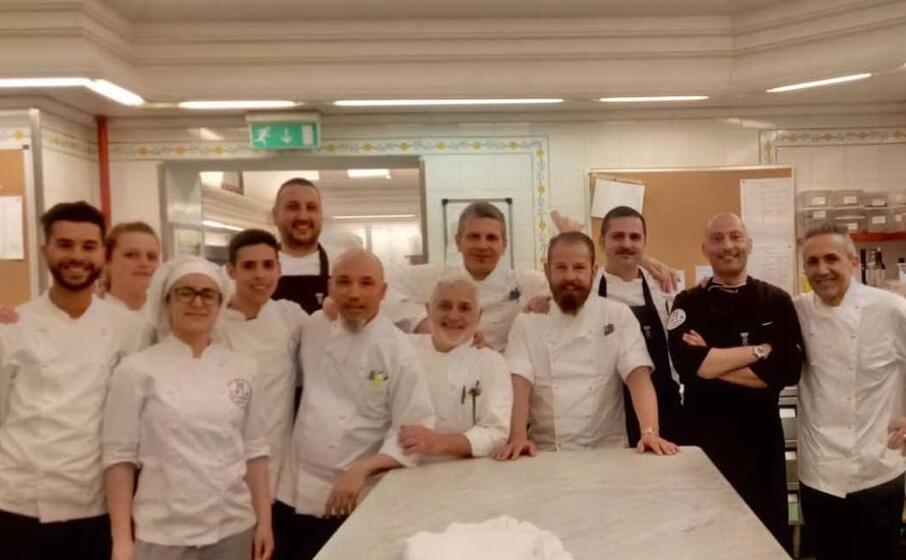 gli studenti dell alberghiero con gli chef del quirinale (foto concessa)