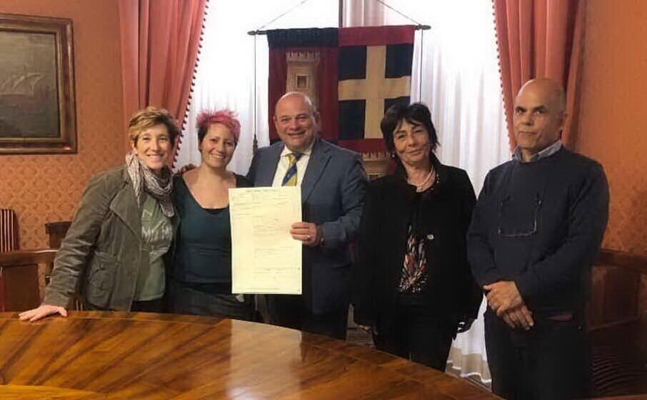 il sindaco sanna con le due mamme e i funzionari del comune di sassari (foto ufficio stampa)