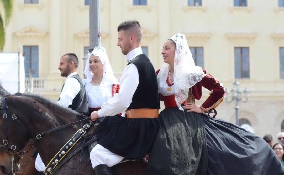 costumi e tradizioni oggi a sassari per la cavalcata sarda (foto l unione sarda calvi)