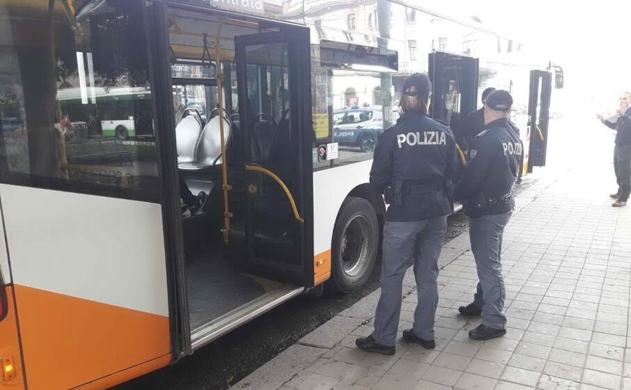 intervento polizia su un bus del ctm (foto l unione sarda)