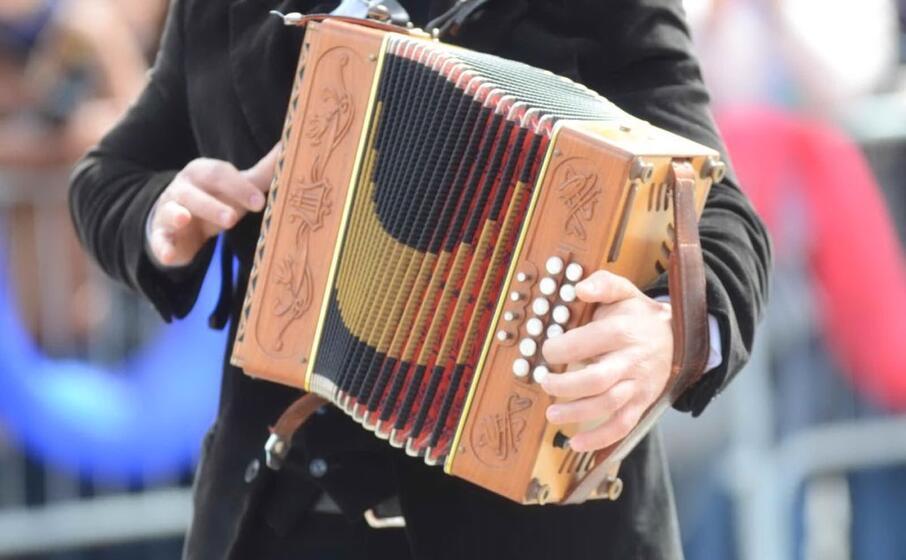l organetto uno degli strumenti che accompagnano i balli