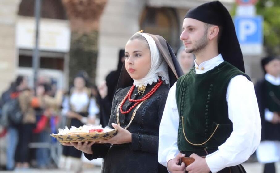 una coppia in abito tradizionale