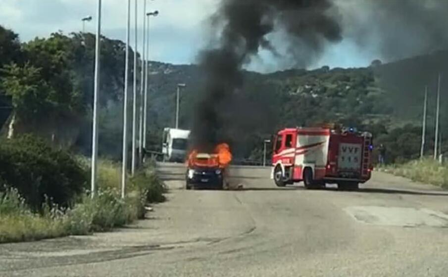 l auto in fiamme (foto fabio ledda)
