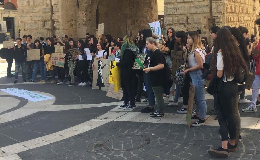 gli studenti in piazza (l unione sarda sanna)