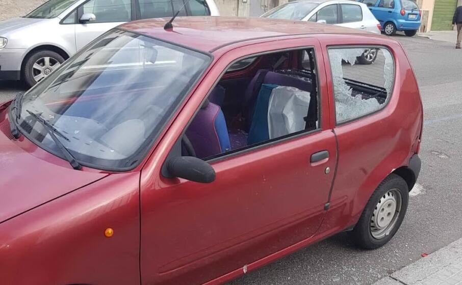 una delle auto danneggiate (foto polizia)