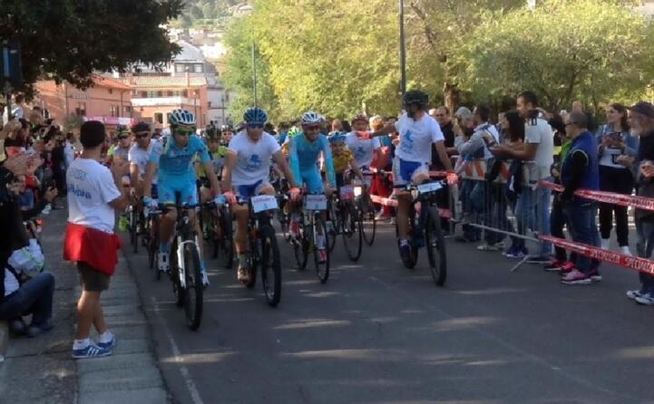 la pedalaru organzzata in suo onore a villacidro dopo il trionfo nella vuelta