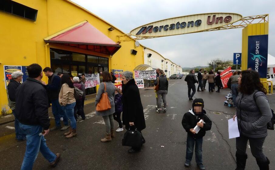 la protesta dei lavoratori davanti a un mercatone uno in provincia di pisa (ansa)