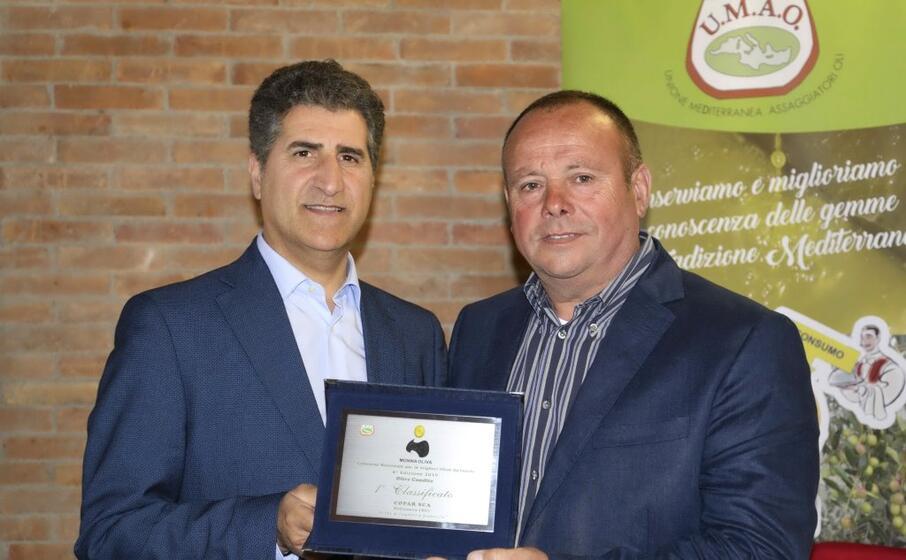 il presidente carta della copar (a destra) riceve il premio monna oliva (l unione sarda loi)