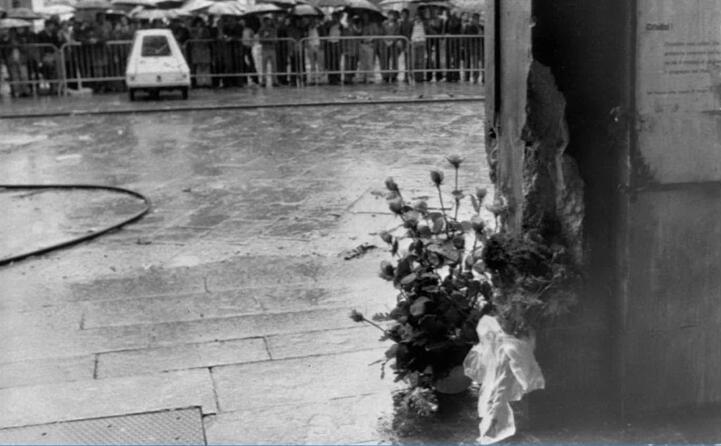 i fiori in ricordo delle vittime (ansa)