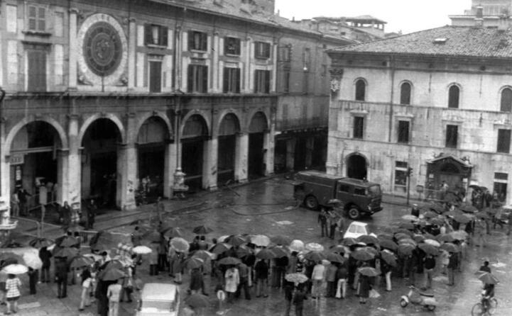 nella piazza era in corso un comizio antifascista (ansa)