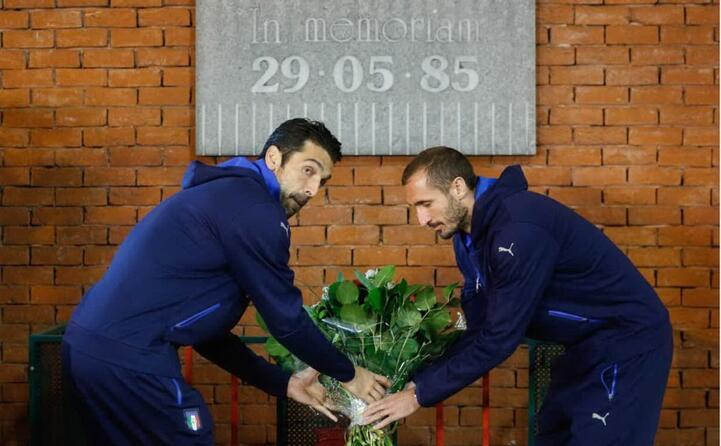 gigi buffon e giorgio chiellini rendono omaggio alle vittime (ansa)