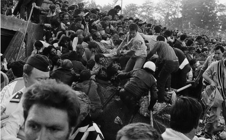 i supporter della juve cercano di rifugiarsi in un angolo del settore z ma crolla un muro (ansa)