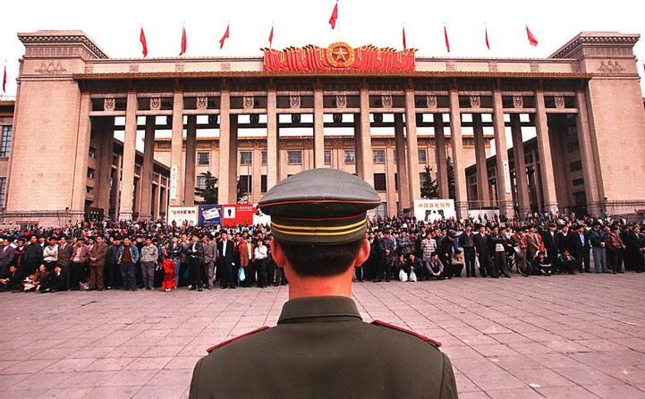accaddeoggi il 30 maggio del 1989 in piazza tienanmen viene esposta la statua della dea della democrazia (ansa)