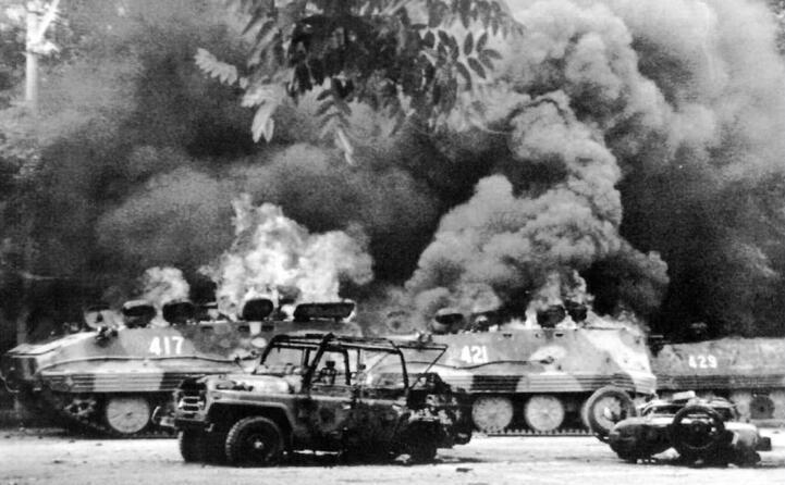 il 4 giugno in piazza entrano i carri armati (ansa)