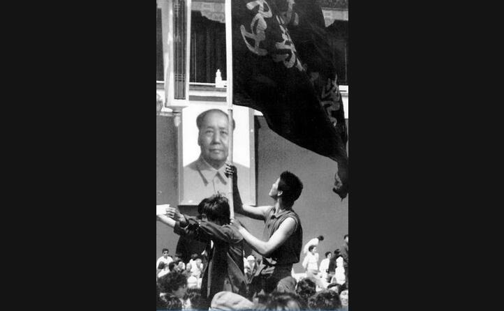 studenti davanti all immagine di mao zedong (ansa)