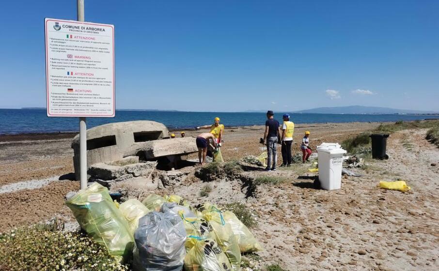 la raccolta dei rifiuti (foto l unione sarda pinna)